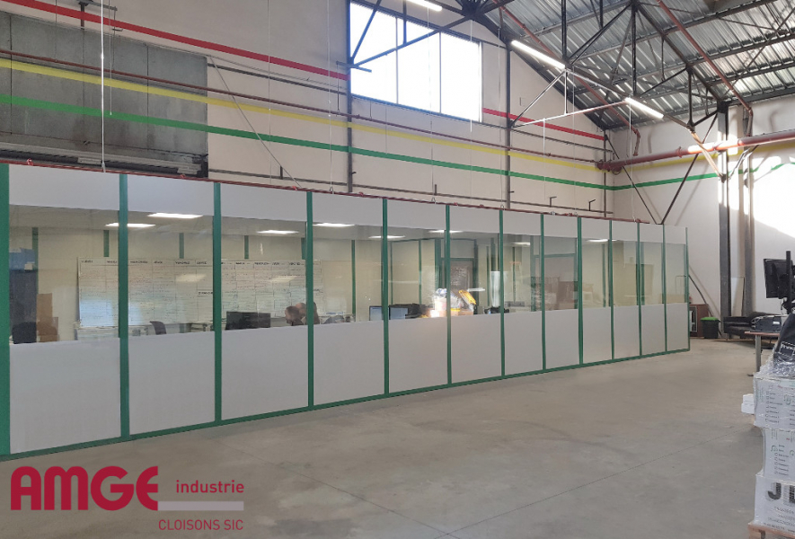 cloison amovible AMGE industrie pour la création de bureaux dans un bâtiment industriel