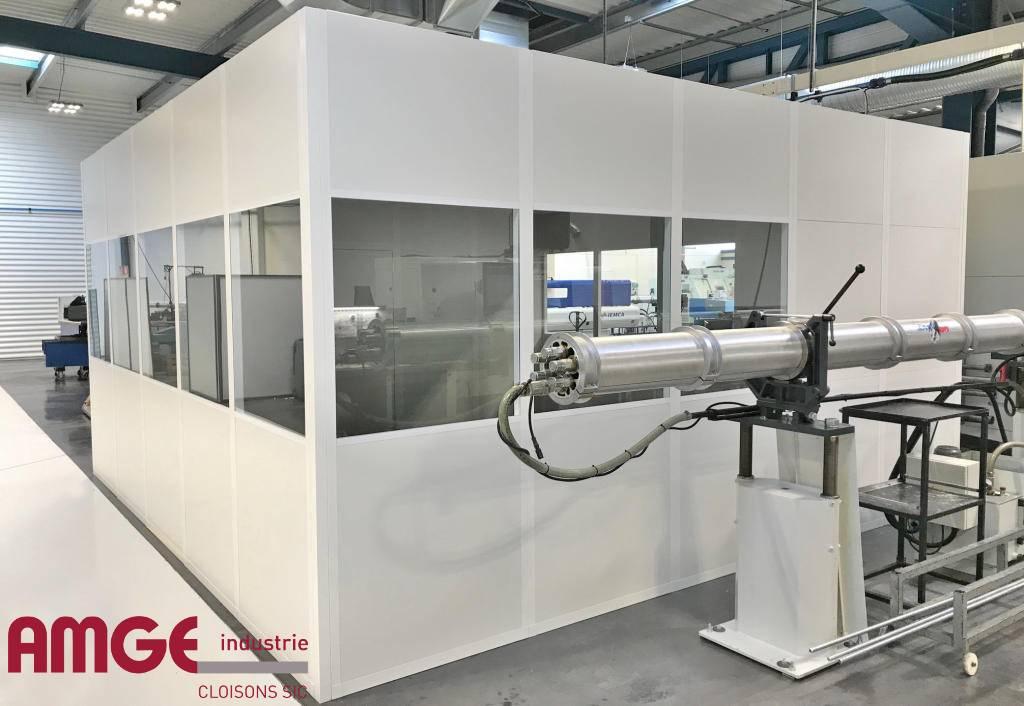 cabine d'atelier réalisée à l'aide de cloisons modulaires acier AMGE industrie