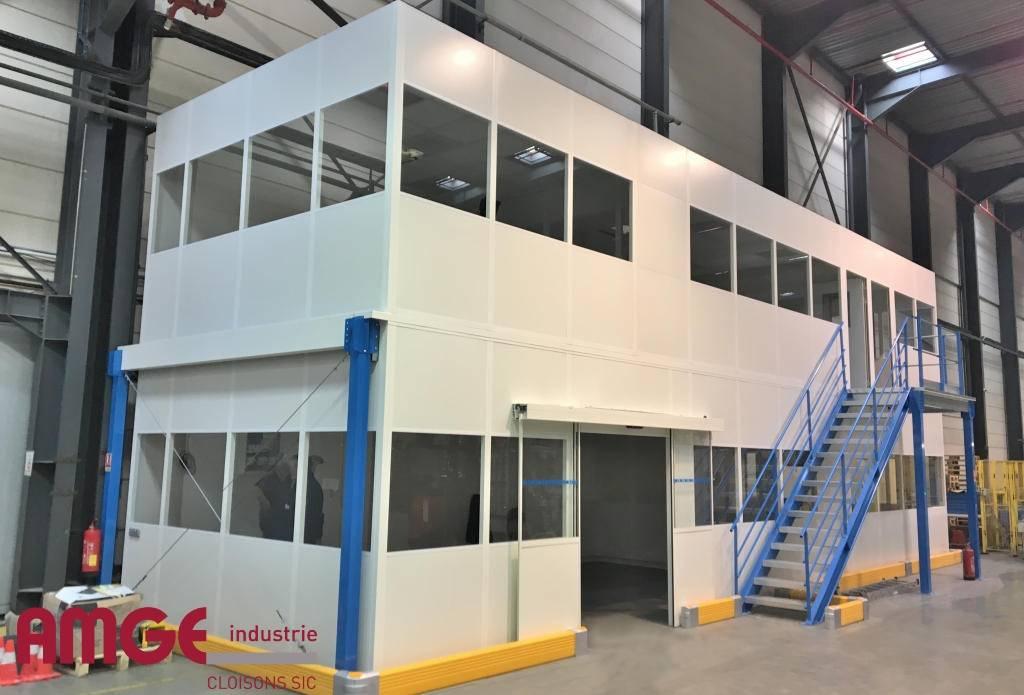 Bureaux isolés sur deux étages avec porte automatique par AMGE industrie