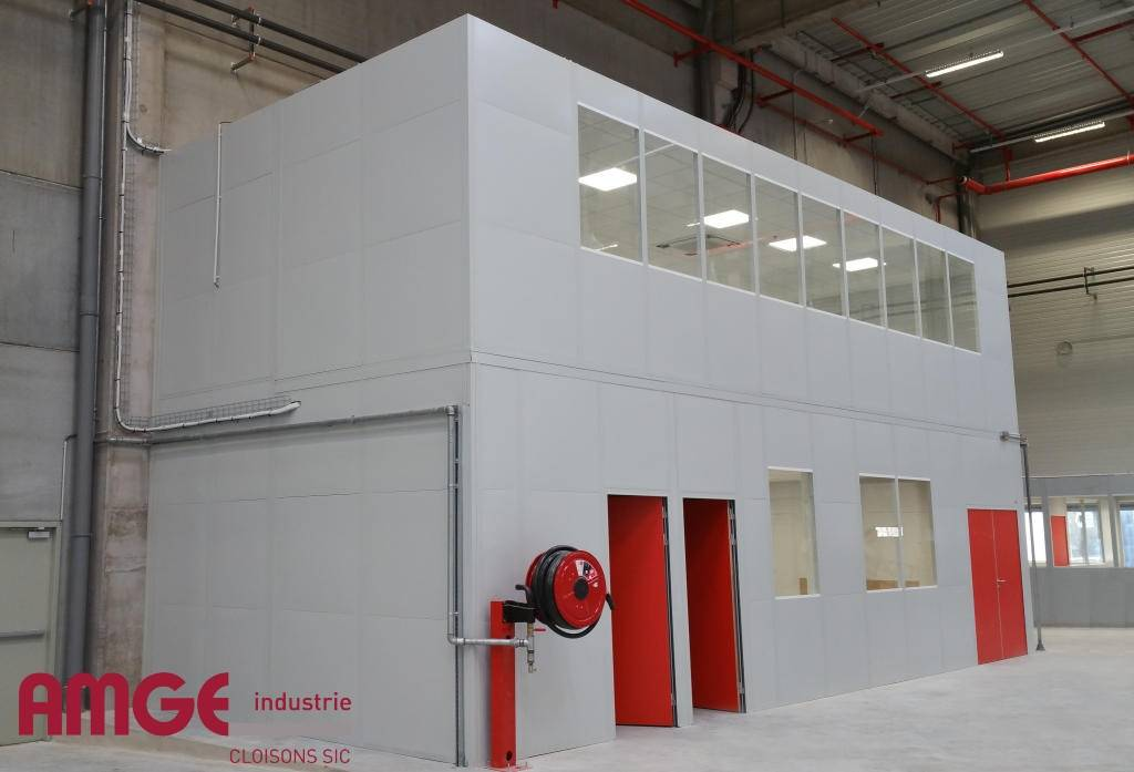 Cabine d'atelier sur 2 niveaux avec plafond et électricité