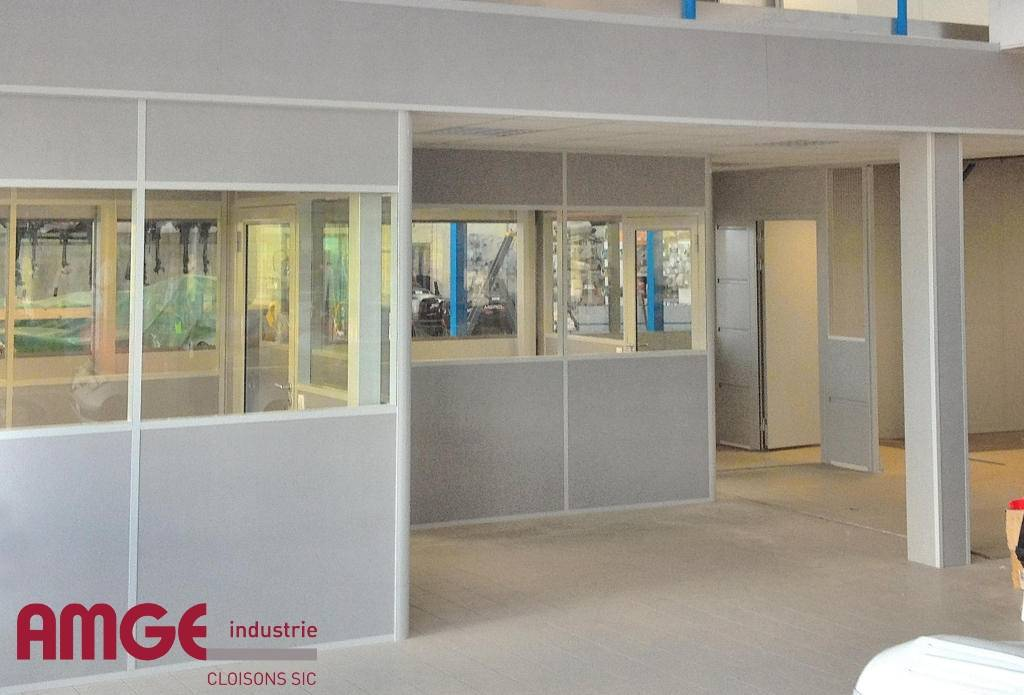 Ensemble de bureaux réalisé en cloison aluminium UNIVERSALIA