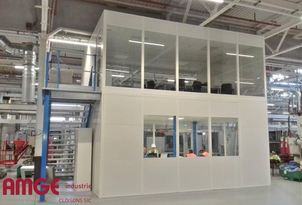 cloison vitrée pour la création de bureaux dans les ateliers