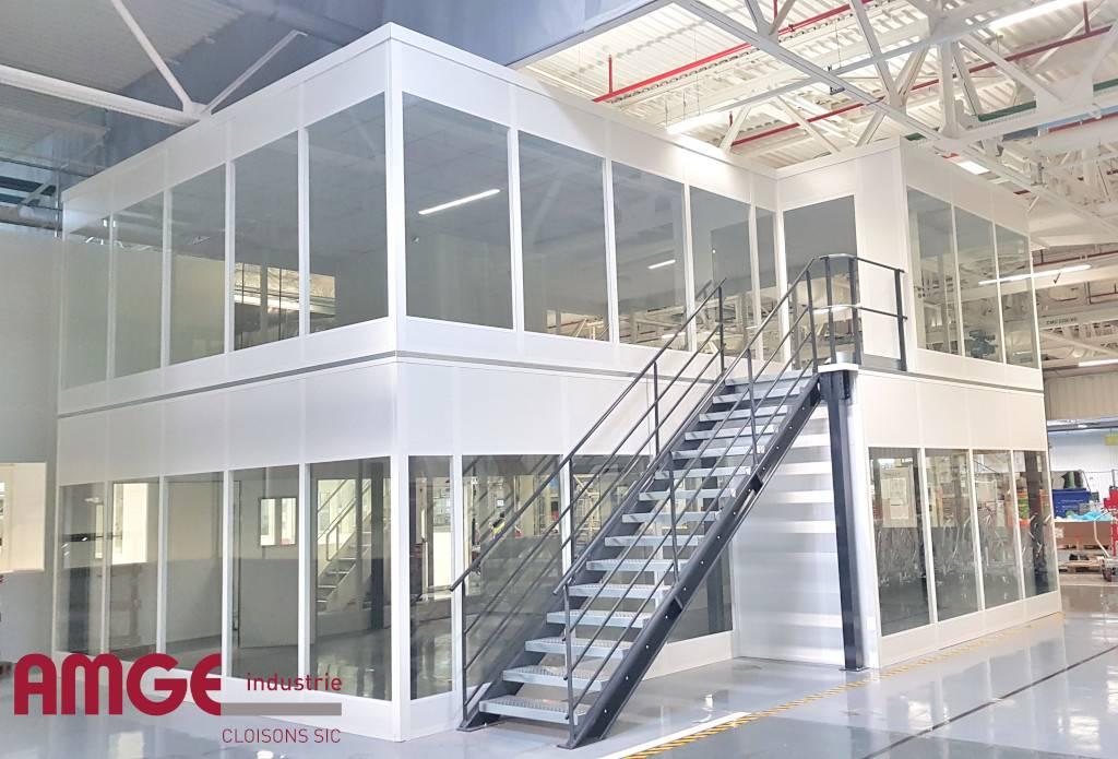 Cloisons modulaires vitrées pour la création de bureaux et locaux à étage dans un atelier