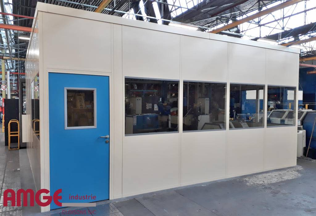 Cabine d'atelier réalisée avec des cloisons modulaires industrielles