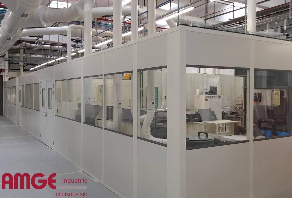 Cloison modulaire isolée livrée sous forme de panneaux monoblocs