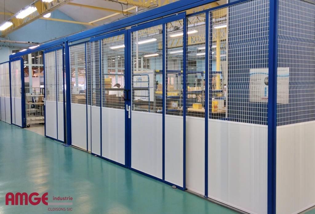 cloison d'atelier semi grillagée sur allège en mélaminé fabriquées et installées par AMGE industrie