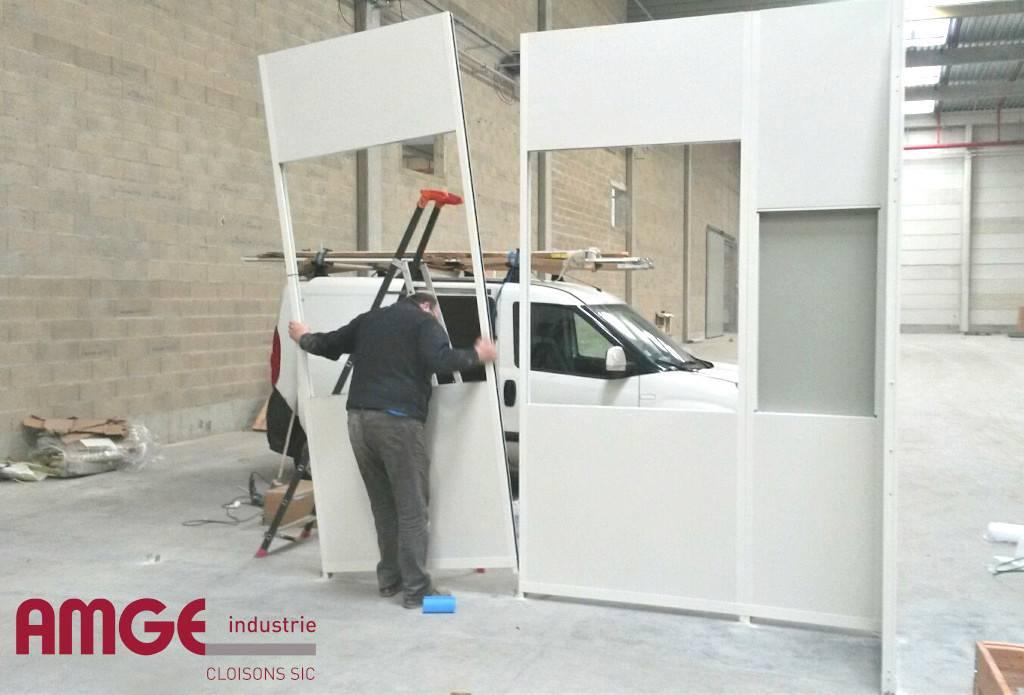 Montage de cloison modulaire composée de panneaux préfabriqués en atelier