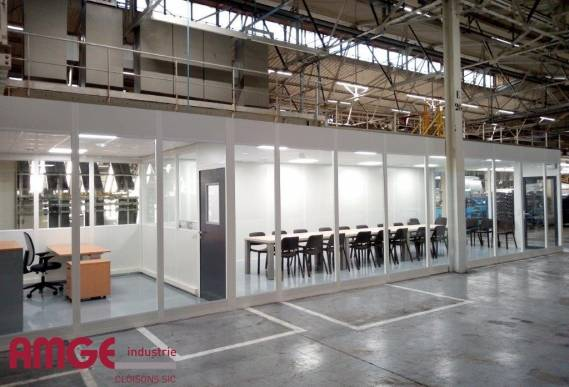 Cloison amovible vitrée pour créer bureaux et salle de réunion dans un atelier industriel