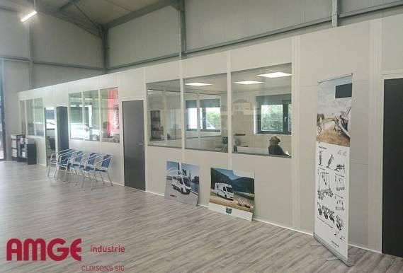 cloison industrielle vitrée pour la création de bureaux dans un bâtiment industriel
