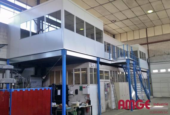 cloison industrielle sur mezzanine acier pour aménager les ateliers