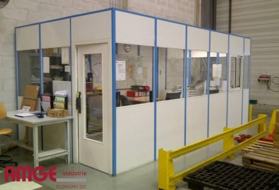 Cabine d'atelier réalisée en cloison amovible simple paroi mélaminée par AMGE industrie