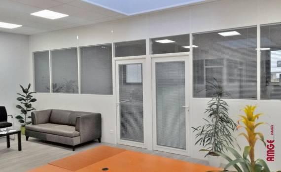 cloison amovible aluminium fixée entre sol et plafond pour créer des espaces de travail dans les locaux