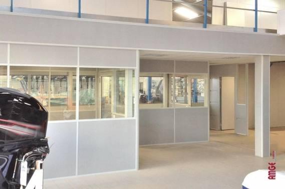 Installation de cloisons de bureaux sous une mezzanine, espaces tertiaires créés par les équipes AMGE industrie