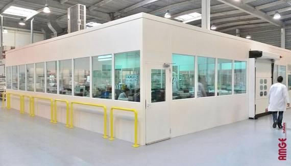 cabine isolée installée pour créer une salle blanche à l'aide de panneaux de cloison double paroi acier